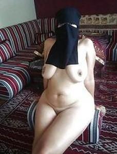 مدام رغدة المنقبة مع صاحب جوزها فى اوضة النوم تخلع الكلت ويصور كسها